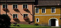 Houses_in_sunlight.jpg