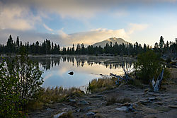 Sprague_Lake_at_dawn.jpg
