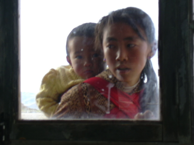Tibetan_girl_with_baby_in_Tingri