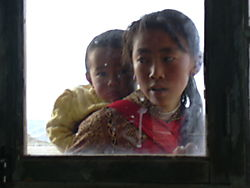 Tibetan_girl_with_baby_in_Tingri.JPG