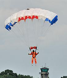 AJE-Luchtmacht-Opendag-Volkel-20070616-133109-0859_-_Parachutist.jpg