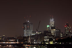 London_2013_Financial_District_und_Mary_Axe.jpg