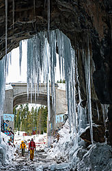 Donner_Summit_UPRR_Tunnel_6_Entrance_and_Hikers_0090.jpg