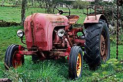 131884Vieux_Tracteur_rouge.jpg