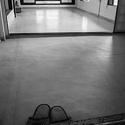 20210311-001_slippers_and_floor.jpg