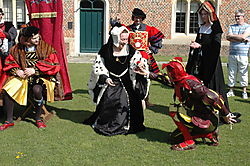 England_2007_183_-_Hampton_Court_-_Base_Court.JPG
