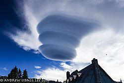 Lenticular_cloud_over_Paradise.jpg