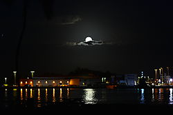 MOON_RISE_OVER_THE_PORT_OF_HILO_6791.JPG