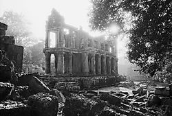 Temple_near_Angkor.jpg