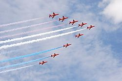 143836red_arrows_v.JPG